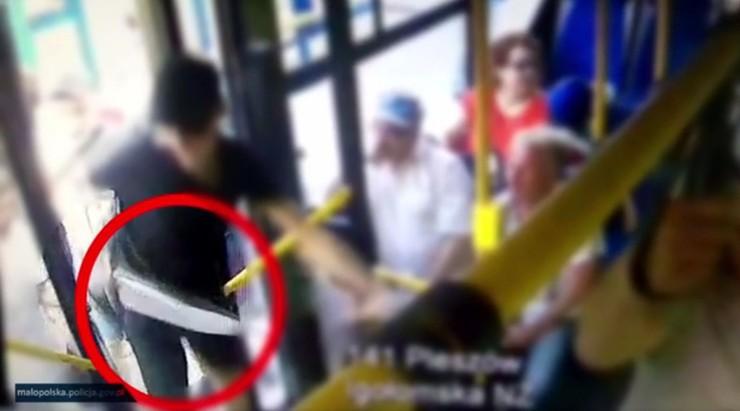 Brutalny atak maczetą w autobusie. Pseudokibice skazani