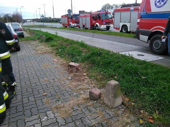 Auto zniszczyło postawione wzdłuż chodnika betonowe pachołki.