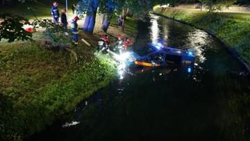 Radiowóz stoczył się do rzeki w Olsztynie. Ludzie wyszli z klubów i robili z nim selfie