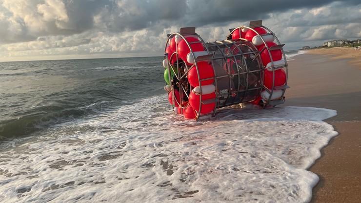 """USA: chciał """"przebiec"""" po oceanie. Plażowicze powiadomili policję"""