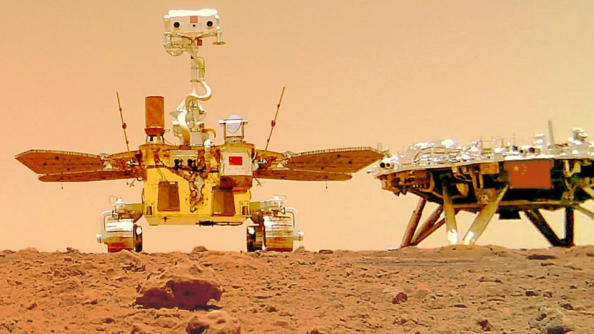 Oto pierwsze selfie chińskiego łazika Zhurong i lądownika Tianwen na Marsie