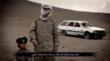 """Drastyczny film Państwa Islamskiego. Czteroletni """"Jihadi Junior"""" wysadził więźniów"""