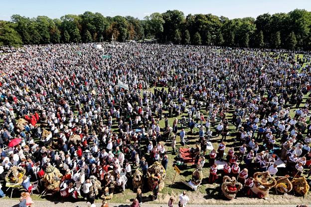 Wierni zgromadzeni podczas niedzielnej mszy świętej, sprawowanej w ramach ogólnopolskich uroczystości dożynkowych na Jasnej Górze. Dożynkom towarzyszy w tym roku 30. Krajowa Wystawa Rolnicza, którą prezydent RP Andrzej Duda objął honorowym patronatem