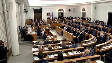 Senat przyjął obie ustawy o  sądownictwie. Przed budynkiem parlamentu protest Obywateli RP i KOD-u