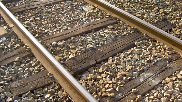 Przejechał nad nim pociąg, gdy spał na torach. Był tak pijany, że nawet się nie obudził