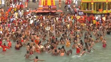 Hindusi świętują, kąpiąc się w Gangesie. Indie notują rekordy zakażeń