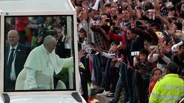 Papież Franciszek w Kolumbii. Tłumy na trasie przejazdu papamobile