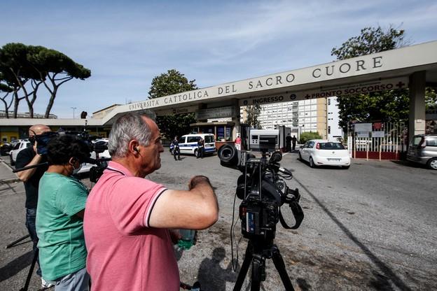 Dziennikarze czekają przed rzymską polikliniką na informacje o stanie Ojca Świętego.