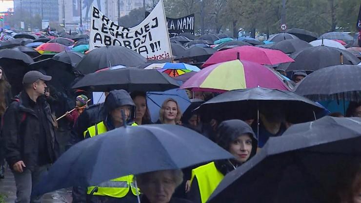 """""""Oddech władzy na plecach"""". Krytyczny raport Human Rights Watch dot. ochrony praw kobiet w Polsce"""