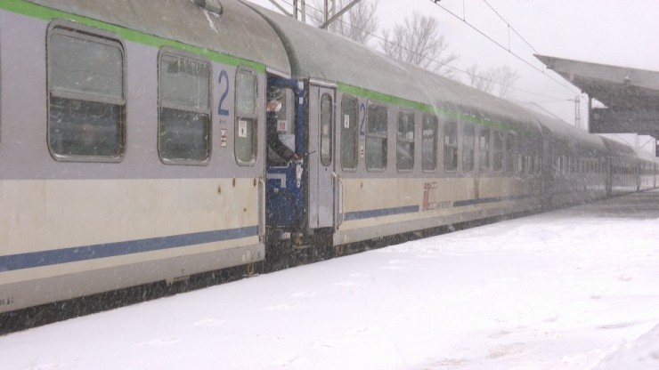 Zimowy paraliż kolei. Jak uzyskać odszkodowanie za spóźnienie pociągu?