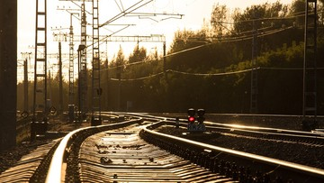 Uszkodzona trakcja kolejowa. Katastrofy uniknięto w ostatniej chwili, uratowano życie maszyniście