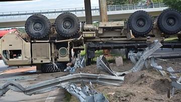 Wypadek ciężarówki wojsk amerykańskich na autostradzie A18. Zahaczyła o barierki i wywróciła się
