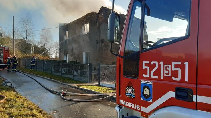 Strażacy wynieśli małżonków z płonącego domu