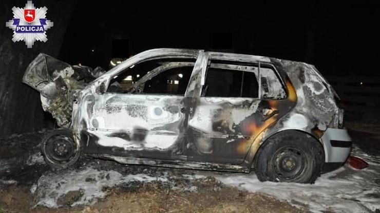 Pożar po uderzeniu w drzewo. W wypalonym wraku zwęglone ciało