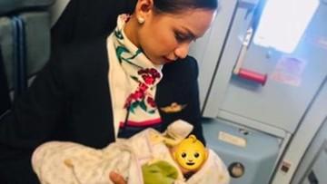 W czasie lotu matce zabrakło pokarmu. Dziecko własną piersią nakarmiła stewardesa