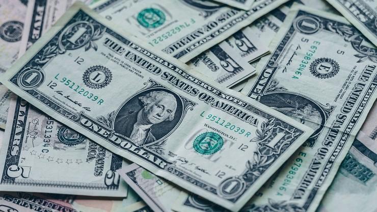"""""""Deszcz pieniędzy"""" na amerykańskiej autostradzie. Wypadek ciężarówki przewożącej dolary"""