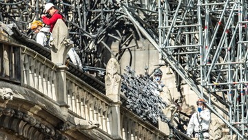 """Pracownicy firmy remontowej palili na dachu Notre Dame. """"Potępiamy to, ale pożar wybuchł wewnątrz"""""""