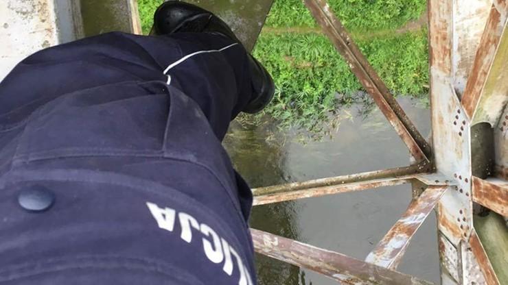 Chciał się rzucić z wiaduktu. Skoczył za nim policjant