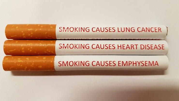 Zamiast drastycznych zdjęć na paczkach, ostrzeżenia na każdym papierosie. Naukowcy proponują zmiany