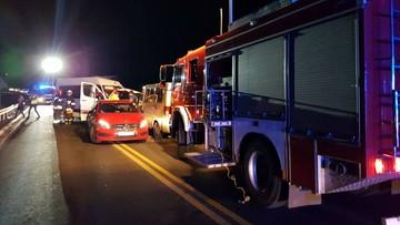 Od ciężarówki odłączyła się naczepa i zderzyła się z autobusem. Dwie osoby nie żyją, a 17 zostało rannych