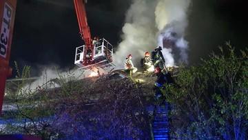 Pożar dworku na Mazowszu. Z żywiołem walczyło ponad 100 strażaków [ZDJĘCIA]
