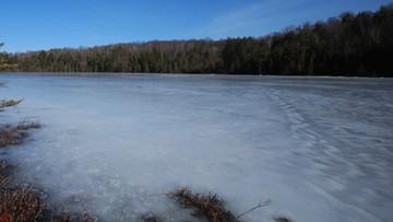 Jechali quadem po mazurskim jeziorze. Załamał się pod nimi lód, jeden z nich utonął