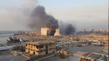 Ogromne chmury dymu nad miastem. Dwa potężne wybuchy w Bejrucie [ZDJĘCIA]