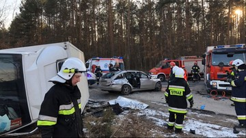 Mazowsze: zderzenie samochodu osobowego z ciężarówką. Auto dostawcze wylądowało w rowie