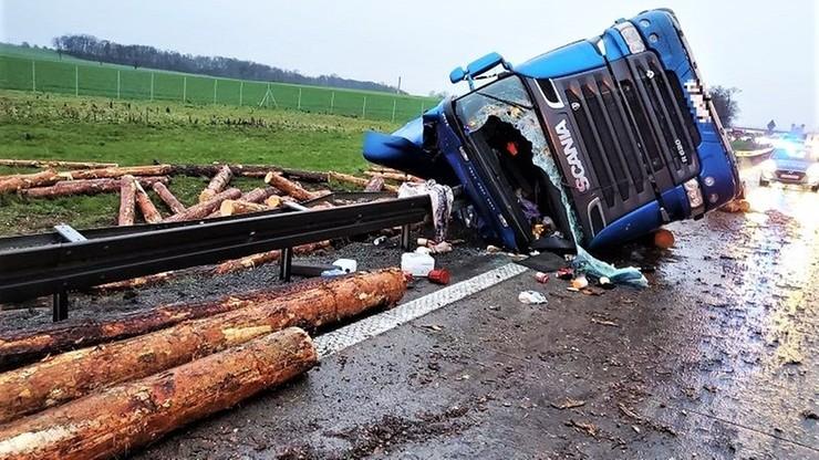 Dachowanie i bale drewna na jezdni. Kierowca ciężarówki miał ponad trzy promile