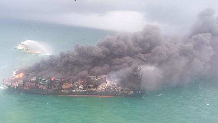 Pożar kontenerowca z chemikaliami. Płonie od tygodnia