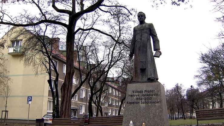 Sprawcy obalenia pomnika ks. Jankowskiego bez dozoru policji