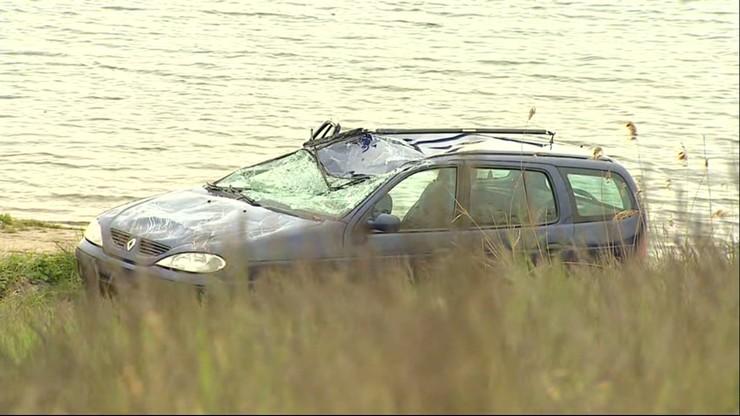 Auto w wodzie 20 metrów od brzegu. Nie żyje 60-latek