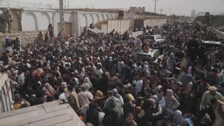 Afganistan. Talibowie zezwolili na wylot 200 Amerykanów. Tysiące Afgańczyków próbuje uciec