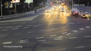 O włos od tragedii. Życie rowerzysty ocaliło zderzenie osobówki z taksówką