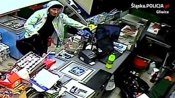 Policja w Gliwicach szuka sprawcy włamania do sklepu. Nagranie rabusia, który kradnie papierosy