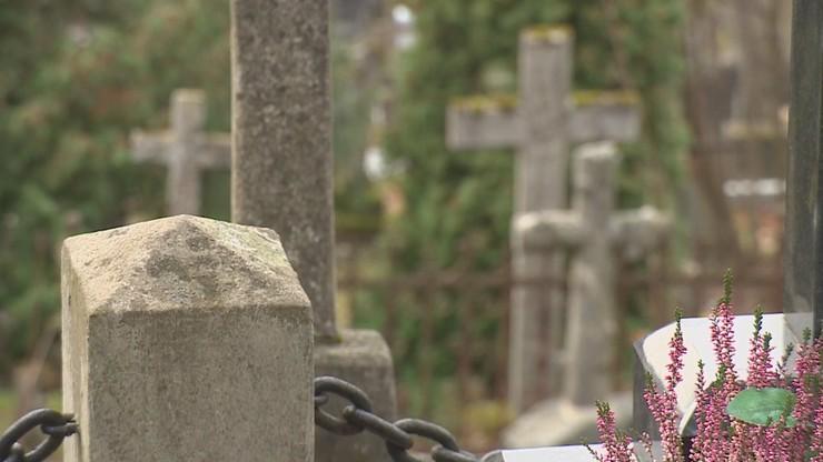 Ludzkie szczątki w otwartym grobie. Makabryczne odkrycie na ostrowskim cmentarzu