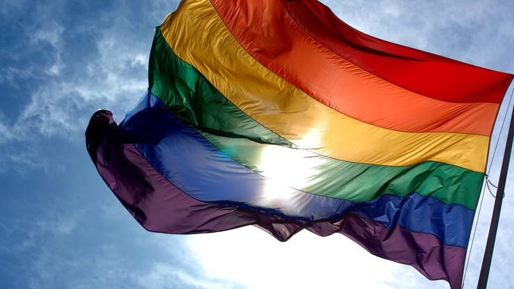 Tęczowa flaga zawiśnie na masztach przed europarlamentem. Protestuje PiS