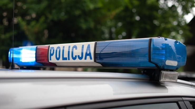 Pobili 23-latka młotkiem i wyrzucili na ulicę w bieliźnie. Pięć osób zatrzymanych