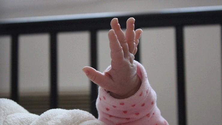 Matka wyrzuciła przez okno 11-miesięczne dziecko. Śledczy: cierpi na ciężką depresję