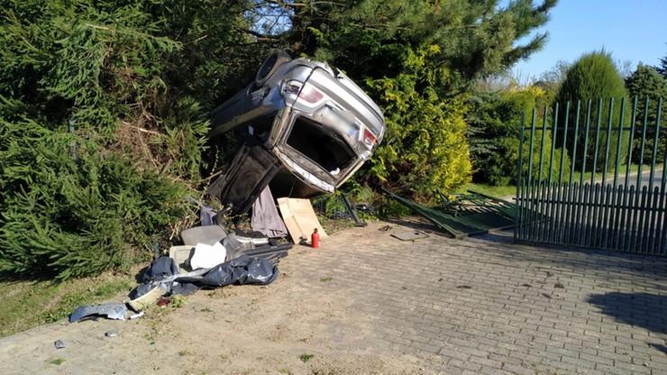 Fiat wypadł z drogi, staranował ogrodzenia i dachował w zaroślach
