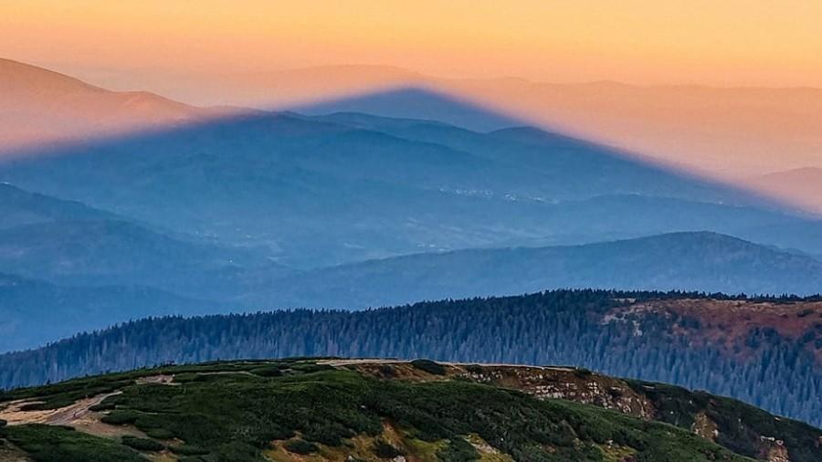 Trójkątny cień rzucany przez Babią Górę. Fot. Facebook / Lucjan Kos Photography.