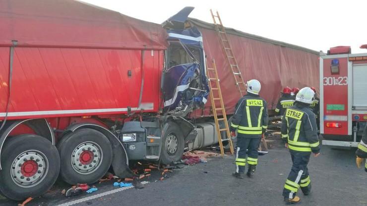 Zderzenie trzech ciężarówek pod Olsztynem. Kierowca jednej z nich zginął na miejscu