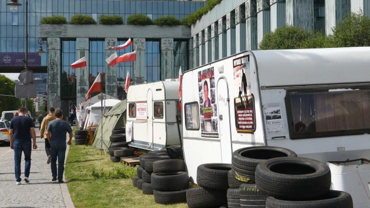 Zlikwidowano miasteczko namiotowe przed Sądem Najwyższym. Bo przylatuje Trump