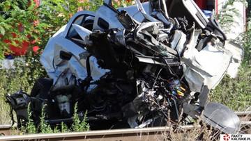 Samochód zderzył się z pociągiem. 19-latka w bardzo ciężkim stanie
