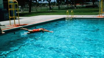 Polak tonął w basenie, uratowali go amerykańscy policjanci. Teraz ich pozywa, bo czekali za długo