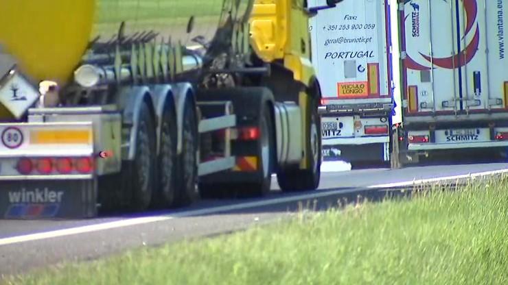 """Kierowcy ciężarówek """"kręcą pauzy"""" w korkach. Rosną zatory na autostradzie A4"""