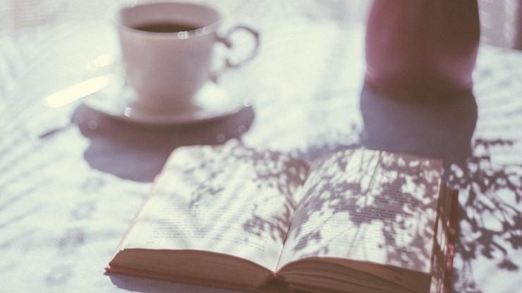 Zamość. Zapłaciła ponad 3 tys. zł za telefon. W paczkach dostała... książkę i malinową herbatę