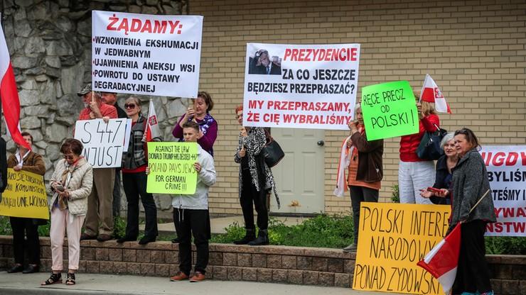 """Prezydent Duda na cmentarzu w Niles. Transparent: """"dlaczego odwołałeś Macierewicza, Szydło, Szyszko"""""""