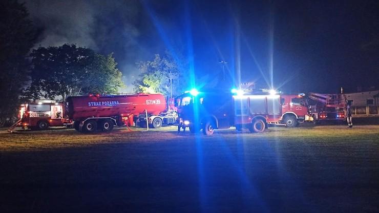 Pożar hali magazynowej na Mazowszu. W akcji 24 zastępy strażaków