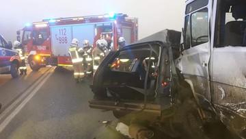 15 rannych, 1 ofiara śmiertelna. Zderzenie busa z autem osobowym w gęstej mgle [ZDJĘCIA]